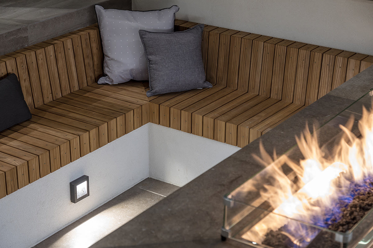 Gas rectangular outdoor fire with sunken timber seating
